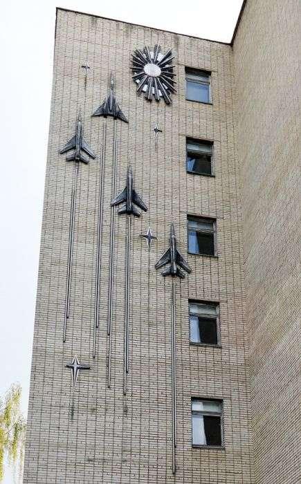 Руїни льотної Академії імені Ю. А. Гагаріна (54 фото)