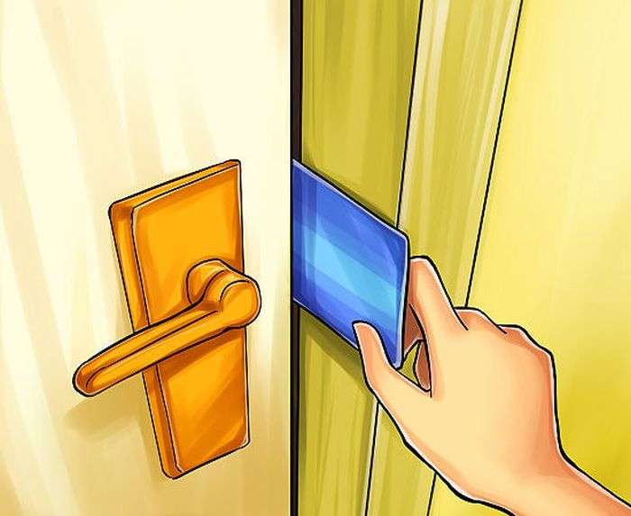 Відкриваємо двері пластиковою карткою (4 фото)