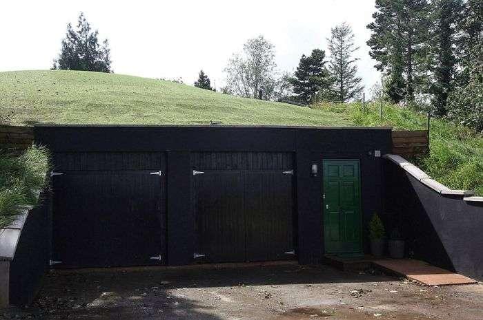 Футуристичний будинок на місці підземного бункера (8 фото)