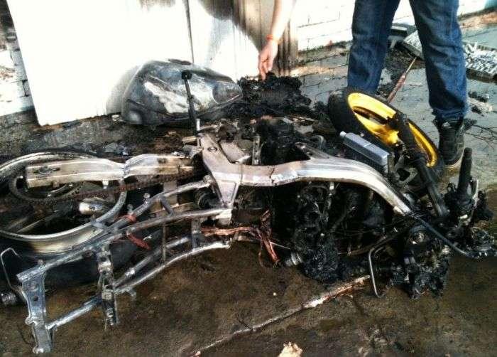 Мотоцикл Honda згорів дотла (3 фото)