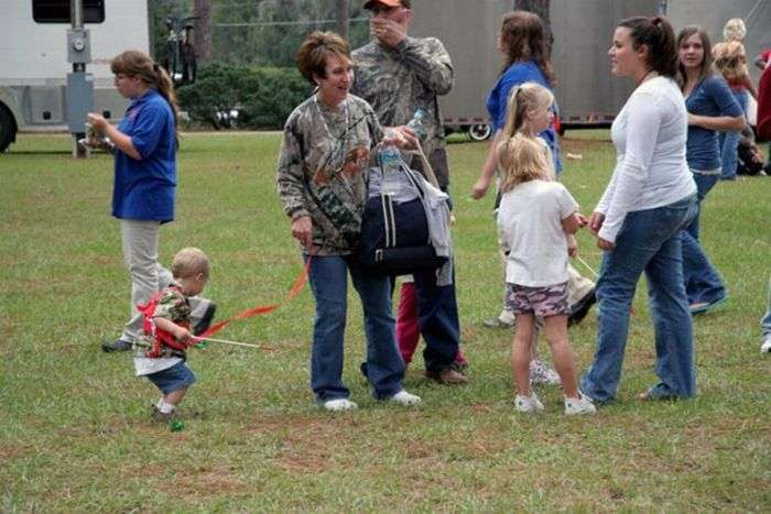 Батьки, які вигулюють дітей на повідках (35 фото)