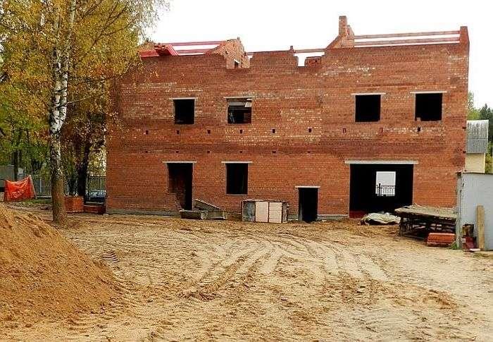 Мінські ченці будують триповерховий туалет (3 фото)