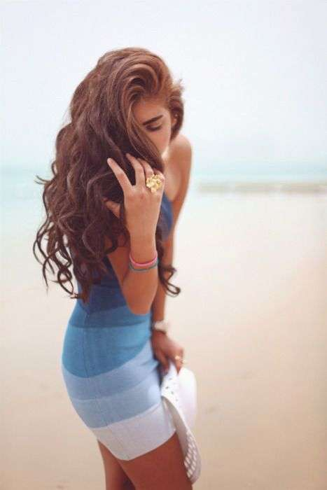 Сексуальні дівчата у відвертих сукнях (50 фото)