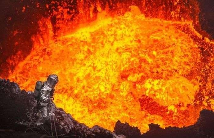 Екстремальний спуск в жерло вулкана (8 фото)