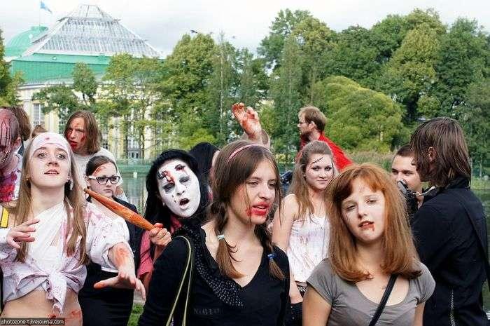 Зомбі заполонили Санкт-Петербург (24 фото)